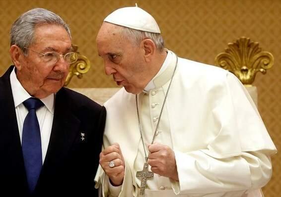 Papa e Raul Castro